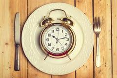 En klocka på en platta Royaltyfri Foto