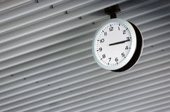 En klocka på taket Arkivbilder