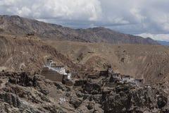 En kloster överst av kullen i Ladakh Arkivbilder