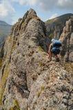 En knepig rutt i Bucegi berg Arkivbilder