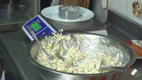 En kock i köket väger delar av sallad på våg i gram och servar till tabellen, weigher stock video