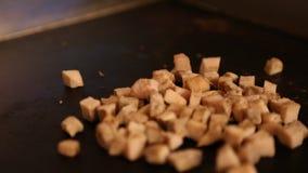 En kock lagar mat mat i restaurang, matlagning chiken i cooktopen arkivfilmer