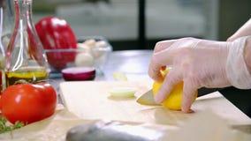 En kock som arbetar i köket Klippa citronen arkivfilmer