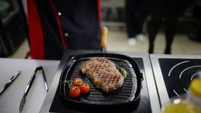 En kock som arbetar i köket Steka en biff i pannan stock video