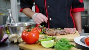 En kock som arbetar i köket Tjäna som biffen arkivfilmer