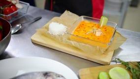 En kock som arbetar i köket Tjäna som en maträtt Bilda risen stock video