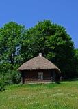 En koja med ett halmtäckt tak arkivfoton