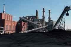 En kol avfyrad kraftverk med kolgården Arkivbild