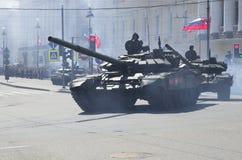 En kolonn av behållare T-90 går till slottfyrkanten Ståta i heder av Victory Day, St Petersburg Fotografering för Bildbyråer