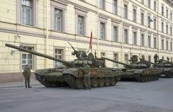 En kolonn av behållare T-90, Millionnaya gata Förbereda sig för repetitionen i heder av Victory Day i St Petersburg Royaltyfri Foto