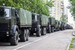 En kolonn av militära lastbilar Självständighetsdagen ståtar Minsk, Vitryssland Royaltyfri Bild