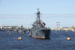En kolonn av militärfordon i ståta i heder av Victory Day St Petersburg Arkivfoton