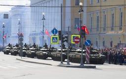 En kolonn av T-90 tankar ståtar på i heder av den 70th årsdagen av segern i det stora patriotiska kriget petersburg saint Royaltyfri Bild