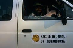 En kommandosoldat av den Gorongosa nationalparken, Mocambique Fotografering för Bildbyråer