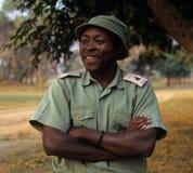 En kommandosoldat på den Gorongosa nationalparken Arkivfoton