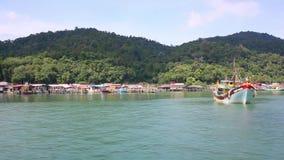 En kommersiell fiskebåt på horisonten i avståndet stock video