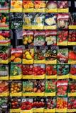 En kommersiell skärm av tomaten och annan kärnar ur paket Royaltyfria Foton