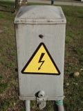 En kommunal elektrisk bilaga med högt spänningssymbol Royaltyfria Bilder