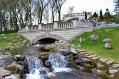 En konstgjord vattenfall i en stad parkerar Arkivfoton