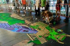 En konstnär (Aimee Bonham) under att dra och att måla hans konstverk 3D. Fotografering för Bildbyråer