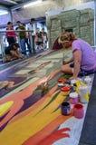 En konstnär (Julie Kirk Purcell) under att dra och att måla hans konstverk 3D. Royaltyfria Foton