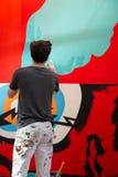 En konstnär som målar en väggmålning Arkivfoton