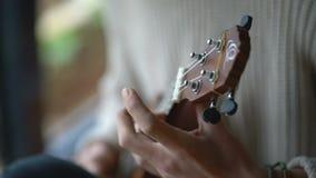 En konstnär utförde jazzsolo på ukulelet stock video