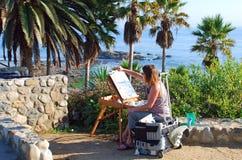 En konstnärmålning i Heisler parkerar, Laguna Beach C Royaltyfri Foto