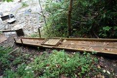 En konstruktionsglidbana i en skog Arkivbild