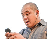 En kontorsgrabb mottar ett meddelande via smartphonen. Han visar su Royaltyfria Bilder