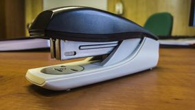 En kontorshäftapparat på ett skrivbord royaltyfri fotografi