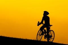 En kontur av att cykla för man Royaltyfri Bild