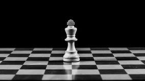 En konung på schackbrädet Royaltyfri Bild