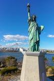 En kopia av statyn av frihet i Odaiba Arkivfoton