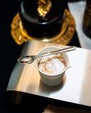 En kopp av affogato med en sked som överst vilar royaltyfria bilder