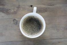 En kopp av brygd på en trätabell Royaltyfri Fotografi