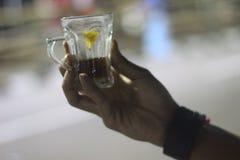 En kopp av citronte för friskhet arkivfoton