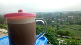 En kopp av coffe på bergstoppet royaltyfri bild