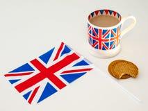 En kopp av engelska te och kexar med en flagga Royaltyfri Bild