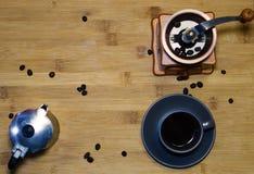 En kopp av espressokaffe, en italiensk kaffebryggaremokaAkopp av espressokaffe, sikt uppifrån royaltyfri fotografi
