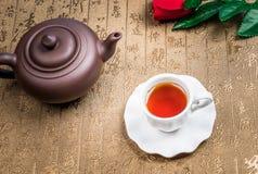 En kopp av helt te för bladlapsangsouchong, ett rikt rökigt smaksatt te arkivbild