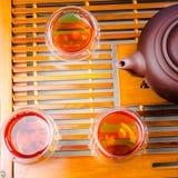 En kopp av helt te för bladlapsangsouchong, ett rikt rökigt smaksatt te royaltyfria foton