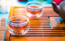 En kopp av helt te för bladlapsangsouchong, ett rikt rökigt smaksatt te arkivfoton