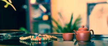 En kopp av helt te för bladlapsangsouchong, ett rikt rökigt smaksatt te royaltyfri bild