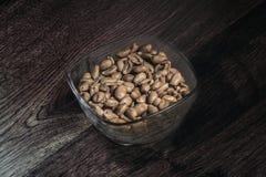 En kopp av jordnötter som förläggas på golvet som är gammalmodigt Arkivfoton