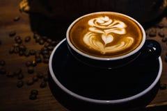 En kopp av kaf?latte royaltyfri fotografi
