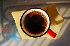 En kopp av kaffe på tabellen arkivbild