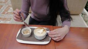 En kopp av kaffe på tabellen långsam rörelse stock video