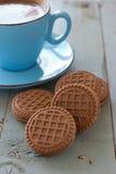 En kopp av kex för svart kaffe och choklad Royaltyfria Bilder
