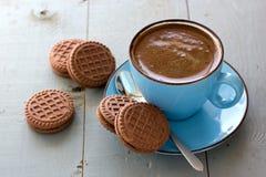 En kopp av kex för svart kaffe och choklad Arkivbilder